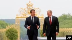 Presiden Perancis Emmanuel Macron (kiri) bersama Presiden Rusia Vladimir Putin di Istana Versailles, 29 Mei 2017. (Mikhail Metzel/Sputnik, Kremlin Pool Photo via AP)