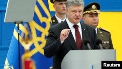 Poroshenko dijo que la situación actual es más segura que hace un año, pero advirtió que una invasión rusa a gran escala no puede ser descartada.