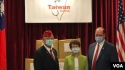 台湾驻美代表萧美琴(中)与美国退伍军人协会会长欧克斯福德(左),佛罗里达州联邦众议员约霍在捐赠口罩仪式中合影(美国之音锺辰芳拍摄)