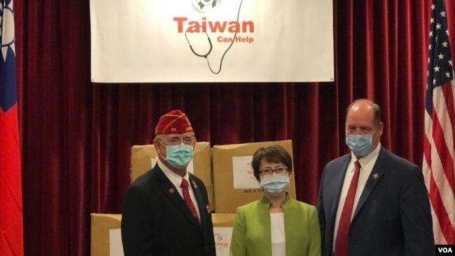 台灣駐美代表蕭美琴(中)與美國退伍軍人協會會長歐克斯福德(左),佛羅里達州聯邦眾議員約霍在捐贈口罩儀式中合影(美國之音鍾辰芳拍攝)