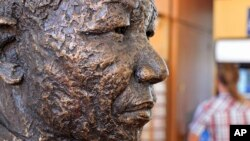 Patung mantan presiden Afrika Selatan, Nelson Mandela di depan pintu masuk pemberangkatan kapal ferry di pelabuhan Robben Island di Cape Town, Afrika Selatan (Foto: dok). Nelson Mandela dikabarkan kembali dirawat di rumah sakit untuk menjalani pengobatan infeksi paru-paru.