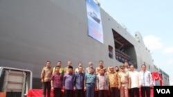 Wapres RI Jusuf Kalla melepas ekspor perdana kapal perang SSV BRP TARLAC (LD-601) pesanan Filipina di PT PAL Indonesia di Surabaya, Sabtu, Minggu, 8 Mei 2016. (VOA/Petrus Riski)