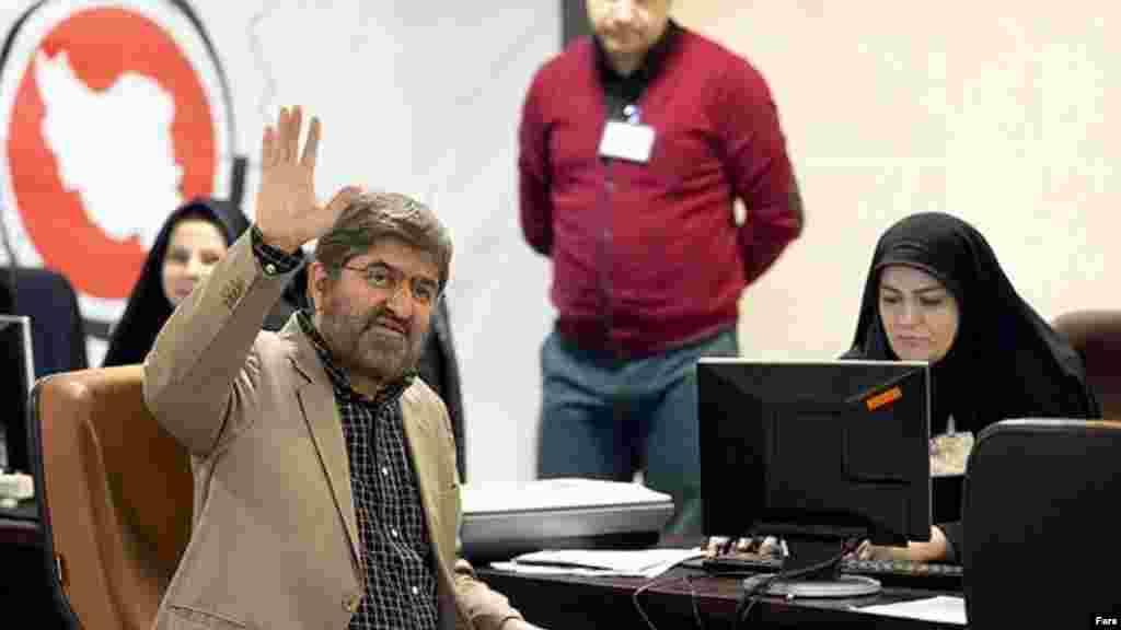 علی مطهری از چهره های منتقد است که گاهی حتی از رهبر جمهوری اسلامی ایران در مسایلی مثل حصر موسوی و کروبی و یا تحمل مخالف انتقاد کرده است. وی برای دوره جدید مجلس ثبت نام کرده است. عکس: فارس