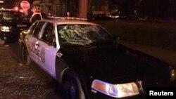 Một chiếc xe cảnh sát bị vỡ kính sau vụ bạo động tiếp sau vụ cảnh sát bắn một người đàn ông ở Milwaukee, Wisconsin, ngày 13 tháng 8 năm 2016.