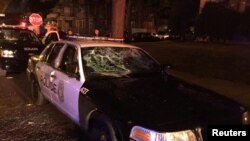 密尔沃基市警察局发布的照片显示,警车的窗户被打破(2016年8月13日)