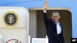 """Presiden Barack Obama melambaikan tangannya saat hendak memasuki pesawat kepresidenan """"Air Force One"""" di pangkalan udara militer Andrews, Maryland menuju Ohio (5/7)."""