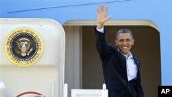President Barack Obama melambai dari pintu Air Force One sebelum terbang ke Ohio untuk berkampanye. (Photo: AP)