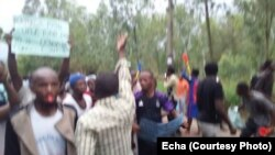 Des manifestants brandissent à l'université de Kinshasa, RDC, 18 octobre 2017.