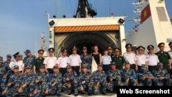 Tổng Lãnh sự Hoa Kỳ Mary Tarnowka trên tàu CSB 8020 tại tỉnh Bà Rịa - Vũng Tàu, ngày 16/12/2017. (Facebook Mary Tarnowka)