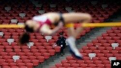 """Seorang atlet perempuan Rusia tampil dalam nomor lompat tinggi pada kejuaraan atletik dunia """"IAAF World Challenge"""" di Beijing, Mei tahun 2014 (Foto: dok)."""