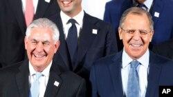 렉스 틸러슨 미국 국무장관(왼쪽)과 세르게이 라브로프 러시아 외교장관이 16일 독일 본에서 열린 G-20 외교장관회의에 참석해 나란히 섰다.