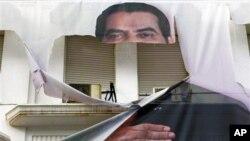 Une affiche dechiree de l' ancien president Tunisien Zine El Abidine Ben Ali dans le centre ville de Tunis. Janvier 2016