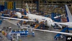 Боинг-787 «Дримлайнер» в заводском ангаре