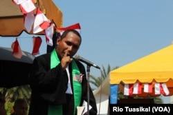 Pendeta Hariman Patianakota dari Universitas Kristen Maranatha, Bandung, memberi khutbah dalam ibadah seberang istana ke-200. (VOA/RIo Tuasikal)