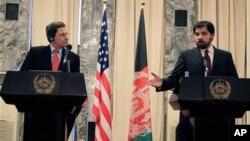 22일 카불에서 자웨드 루딘(우) 아프간 외무차관과 함께 갖은 공식석상에서 기자회견을하는 마크 그로스먼(좌) 미 국무부 아프가니스탄, 파키스탄 담당 특사