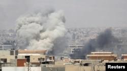 De la fumée est visible après un assaut de l'armée irakienne à Mossoul, Irak, le 25 juin 2017.