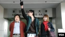 闖解放軍營示威者提堂其中三名被告(左起)張漢賢、招顯聰、謝詠雯,均否認控罪 (VOA湯惠芸攝)