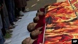 印度达兰萨拉的藏族僧侣11月2日举行活动,声援西藏发生的自焚行动