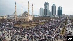 Warga Chechnya turun ke jalanan di Grozny, ibukota Republik Chechnya untuk memberi dukungan bagi pemimpin mereka Ramzan Kadyrov dan Presiden Rusia Vladimir Putin (22/1).