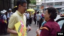 公民黨立法會議員陳家洛參與「真落區」行動,向市民解釋拒絕「袋住先」。(美國之音湯惠芸拍攝)