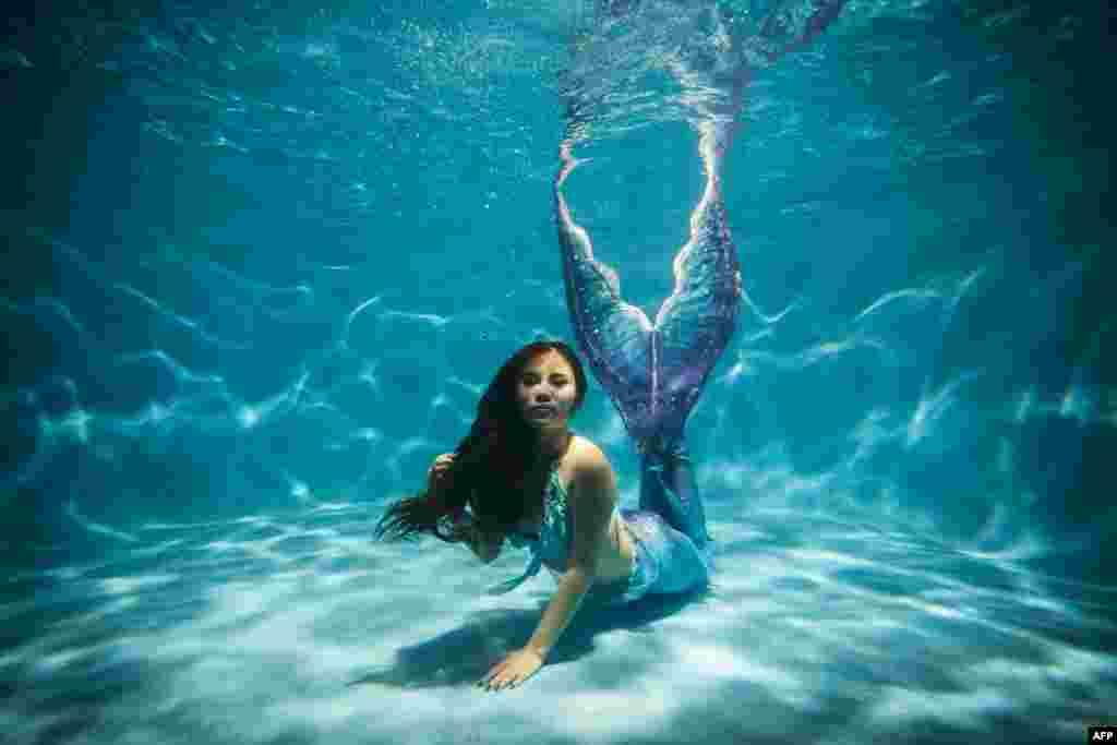 中国重庆市游泳池: 一名女子身穿自制美人鱼服装 (2015年7月26日)