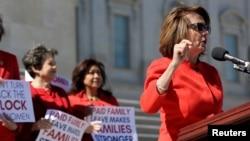 La démocrate Nancy Pelosi donne un discours pour la journée sans femmes à Washington D.C., le 8 mars 2017.