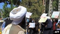ہرات میں خواتین اپنے حقوق کے لیے مظاہرہ کر رہیں جب کہ طالبان جنگجو بھی موقع پر موجود ہیں۔