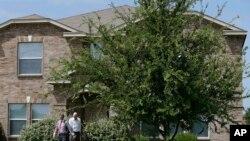 Investigadores registraron la casa de Micah Xavier Johnson en Mesquite, Texas, el principal sospechoso de haber dado muerte a cinco policías durante una protesta pacífica en Dallas, el jueves por la noche.