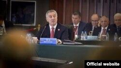 Crnogorski premijer Milo Đukanović govori na samitu u Kini (gov.me)