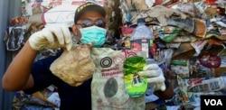 Petugas Bea Cukai Tanjung Perak Surabaya menunjukkan sampah popok dan kemasan plastik yang jadi ikutan sampah kertas asal Australia, 9 Juli 2019 (Foto: Petrus Riski/VOA)