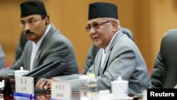 PM Nepal Khadga Prasad Sharma Oli (kanan) mengundurkan diri Minggu 24/7 (foto; dok).