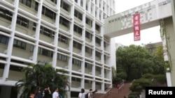 香港大学中山广场高架走廊挂有港独直幡(2016年10月1日)