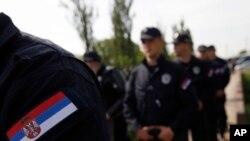 Pripadnici policije na prilazu Hrtkovcima
