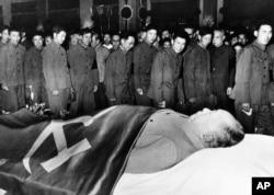 1976年9月,中国军人瞻仰中华人民共和国开国领袖毛泽东的遗容。