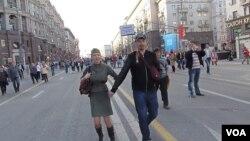 去年5月9日二战胜利日时莫斯科街头的庆祝人群(美国之音白桦拍摄)