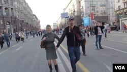 去年5月9日二戰勝利日時莫斯科街頭的慶祝人群(美國之音白樺拍攝)