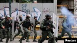 Lapolis ki tap kwape yon manifestasyon nan vil Caracas, kapital Venezuela, nan dat 22 Jiyè 2017 la.