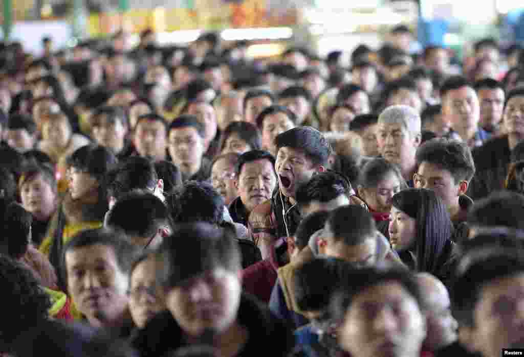 Một hành khách ngáp dài trong khi chen chúc tại một nhà ga ở thành phố Thái Nguyên tỉnh Sơn Tây. Bộ Giao thông Vận tải Trung Quốc cho biết dự kiến sẽ có tổng số 2,807 chuyến đi được được thực hiện trong 40 ngày lễ tết, bắt đầu từ ngày 4 tháng 2 tới ngày 16 tháng 3, Tân Hoa Xã cho biết.
