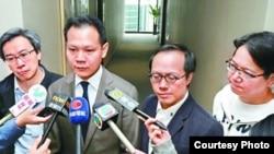 民主300+協調人郭榮鏗議員(左二)等解釋民主派選委共識 (香港蘋果日報圖片)