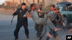 مقامهای محلی درفراه میگویند طالبان شب گذشته در ولسوالی بالابلوک این ولایت ۸ پولیس را کشتند.