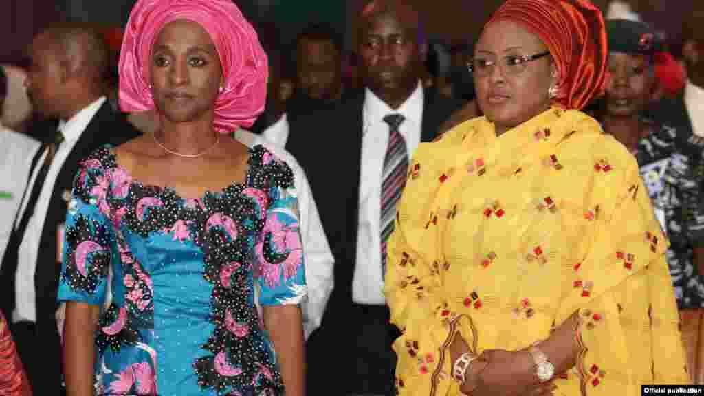 Mai dakin mataimakin shugaban Najeriya, Mrs Dolapo Osinbajo da mai dakin shugaban Najeriya, Hajiya Aisha Muhammadu Buhari, lokacin wata liyafar da suka shirya a fadar shugaban kasa dake Abuja