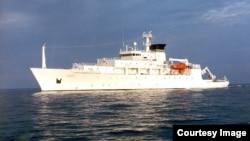 """美国海军""""鲍迪奇号""""海洋测量船(资料照)。它收回来一个无人潜航器,而中国军方将另一个劫走。"""