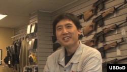 杜威說他可能是美國東岸唯一開槍店的華人