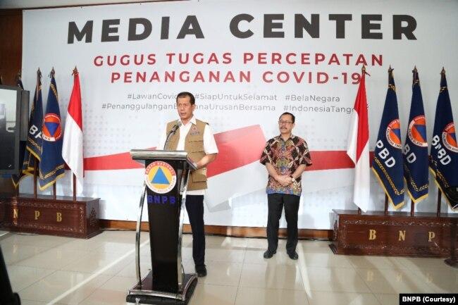 Ketua Gugus Tugas Percepatan Penanganan Virus Corona Doni Monardo saat menggelar konferensi pers bersama Ketua Komnas Hak Asasi Manusia (HAM), Ahmad Taufan Damanik di Gedung BNPB Jakarta, 21 Maret 2020. (Foto: Courtesy/BNPB)