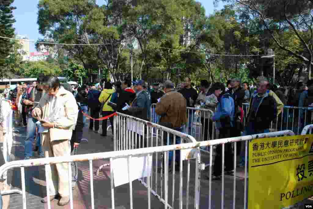 大批香港市民在維園票站外排隊輪候參與全民投票