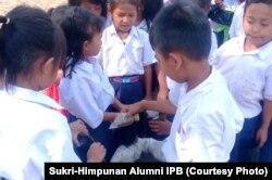 Anak-anak sekolah diajari menanam dalam polybag. Courtesy: Sukri-Himpunan Alumni IPB
