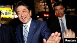 일본 자민당 총수인 아베 신조 총리가 20일 선거유세장에서 연설을 마친 후 지지자들을 반기고 있다.