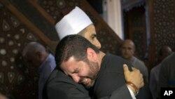 L'imam Samir Abdel Bary, présente ses condoléances à Tarek Abu Laban, au centre, éploré par la disparition quatre parents dans l'accident de l'avion EgyptAir, au mosquée al Thawrah, au Caire, en Egypte, vendredi 20 mai 2016. (AP Photo / Amr Nabil)