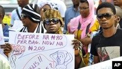 尼日利亚民众1月6日在首都阿布贾抗议取消燃油补贴