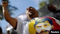 Alîgirekî Leopoldo Lopez jibo berdana girtîyên sîyasî sloganan dibêje